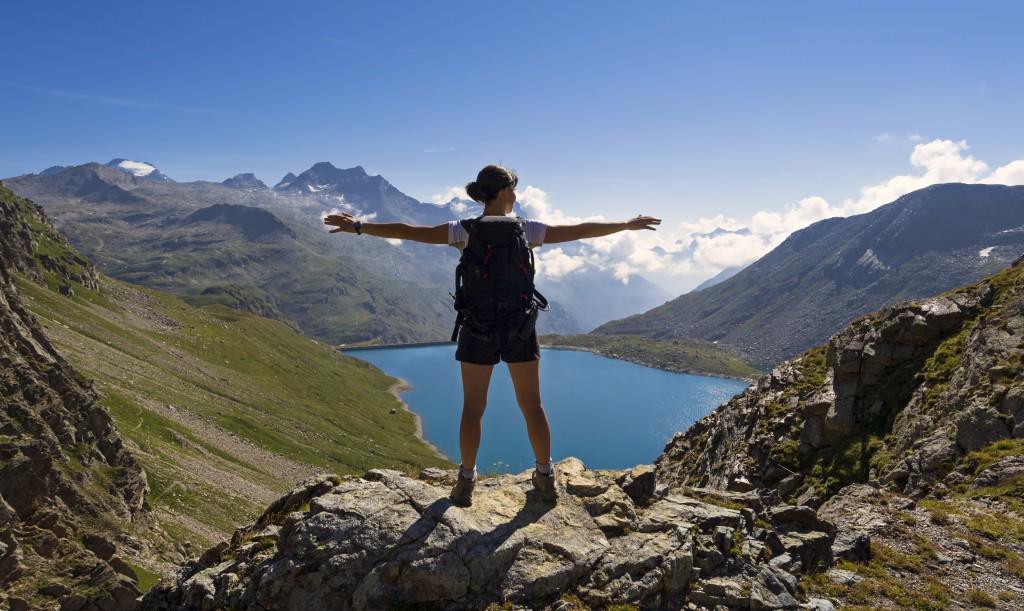 giovane donna ammira panorama alpino